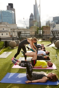 julia-scodie-teaching-pilates-exercise-in-the-city-at-coq-dargent